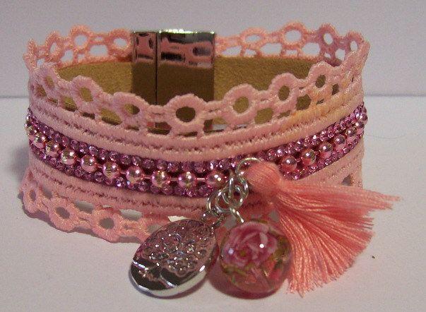Roze kanten armband op leren ondergrond