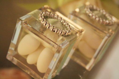 20 anni: le nozze di cristallo. I confetti avranno il colore e la luminosità vibrante della luce. #matrimonio #anniversario #confetti