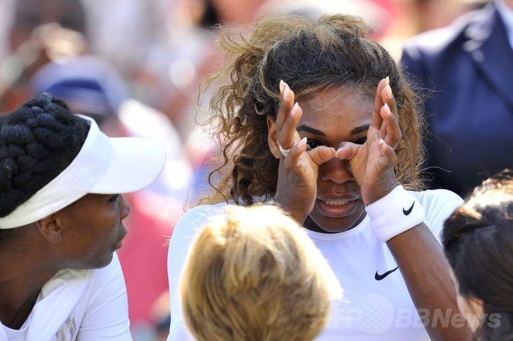 テニス、ウィンブルドン選手権(The Championships Wimbledon 2014)女子ダブルス2回戦。目頭に手を当てるセレーナ・ウィリアムス(Serena Williams、2014年7月1日撮影)。(c)AFP/GLYN KIRK ▼2Jul2014AFP|女王セレーナ、ダブルスで涙の棄権 ウィンブルドン選手権 http://www.afpbb.com/articles/-/3019426 #The_Championships_Wimbledon_2014