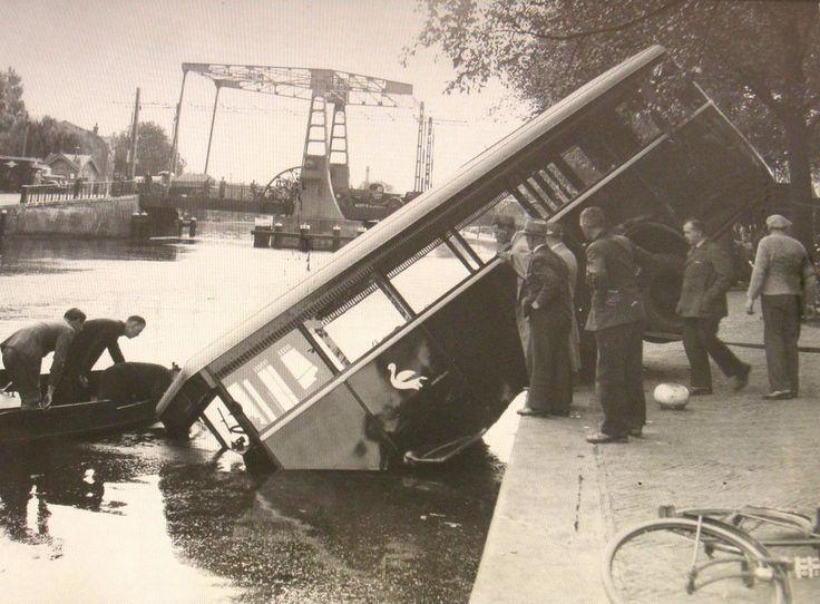 Haarlem - Turfmarkt, waar een bus het Spaarne in is gereden . 1939