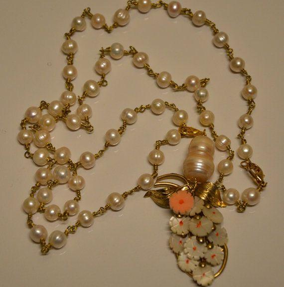Collana di perle Akoya dacqua dolce di circa 7-8 mm. annodata a mano stile rosario con filo metallico in ottone. Il pendente è ricavato da una