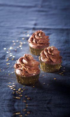 Une recette de petits cupcakes à la ganache au chocolat, pour faire fondre vos invités... Le saviez vous ? Les Américains ont un chiffre magique pour retenir les proportions du cupcake : 1 2 3 4. 1 tasse de beurre, deux tasses de sucre, 3 tasses de farine et 4 oeufs...