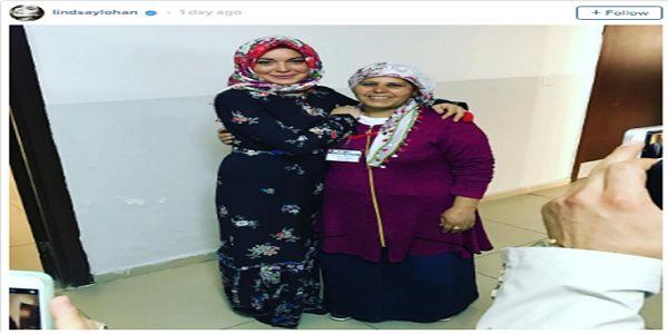 """Masya Allah.. Kunjungi Turki Lindsay Lohan Gunakan Hijab dan Gamis  [portalpiyungan.com]Walau sudah lama tak main film bintang Hollywood Lindsay Lohan masih menarik pesona banyak penggemar. Baru-baru ini para penggemar Lindsay di Instagram terpesona melihat dia berfoto dalam balutan hijab. Lewat akunnya di media sosial itu artis yang akrab disapa Lilo ini tampil cantik dalam gamis hitam dan kerudung bermotif mawar merah. """"Saya bertemu dengan seorang pekerja ini (Azize) di kamp pengungsian di…"""