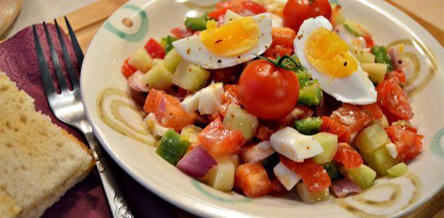De luat la pachet: Salata de cruditati cu ou fiert