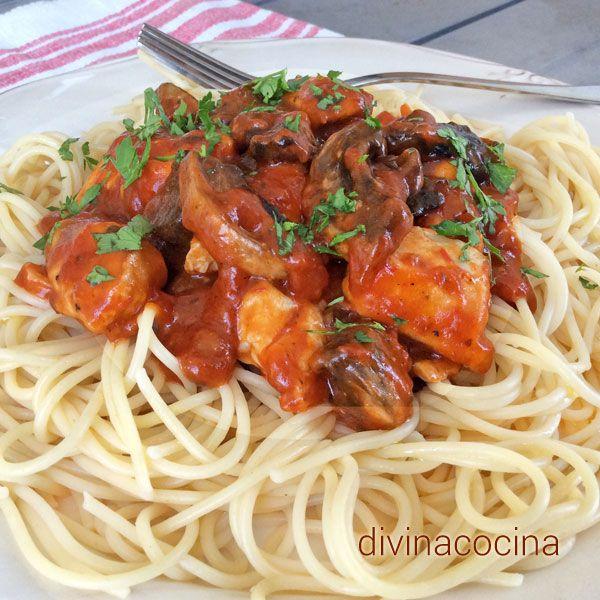 Estos espaguetis con pollo y champiñones son un plato completo facilísimo de preparar. Se pueden preparar también con tiras de lomo de cerdo o ternera.