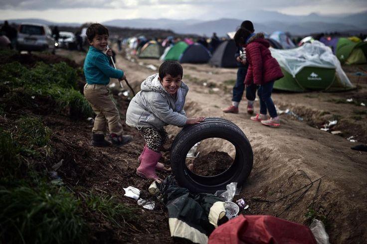 Des enfants migrants dans le camp installé à Idomeni, à la frontière entre la Grèce et la Macédoine, ce mercredi 2 marsPresque 10 000 migrants sont bloqués à la frontière entre la Grèce et la Macédoine, qui a, avec d'autres pays, verrouillé ses frontières. .