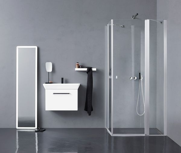 Nice clean lines with Uniq shower and Calidris vanity unit. Why not place the mirror differently?