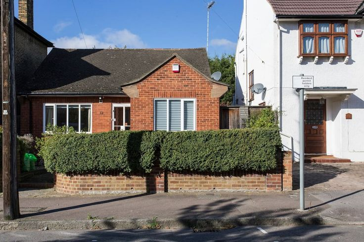 House in London, United Kingdom. Quaint 2 bedroom bungalow in an ideal location, only a 5 min walk to tube station, supermarkets, restaurants, fast food outlets, gym, beauty salon & hairdressers.  The whole house  South Woodford Tube Station is a 3 minute walk and the Bus Stop is...