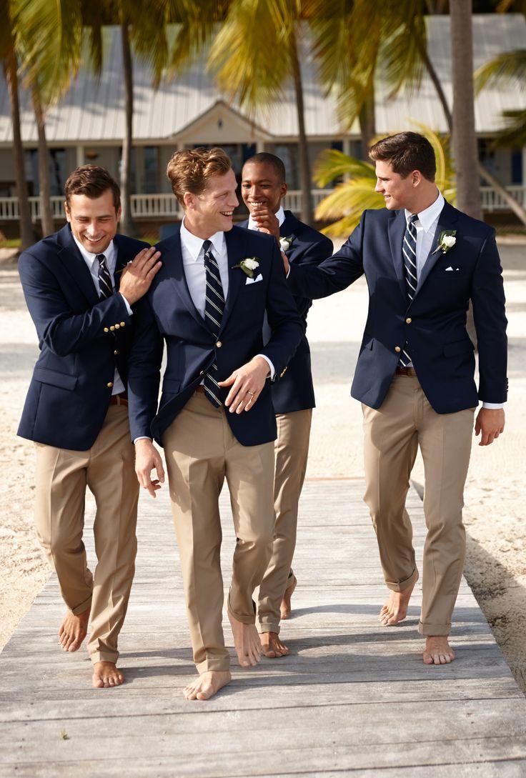 Ralph Lauren Hochzeit am Strand. Beige Anzughose, dazu blaue Jacketts und gestreifte Krawatten; barfuß! :)