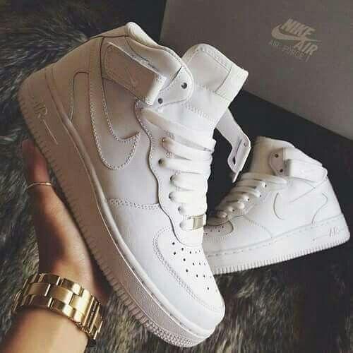 Tênis branco de sola grossa da Nike
