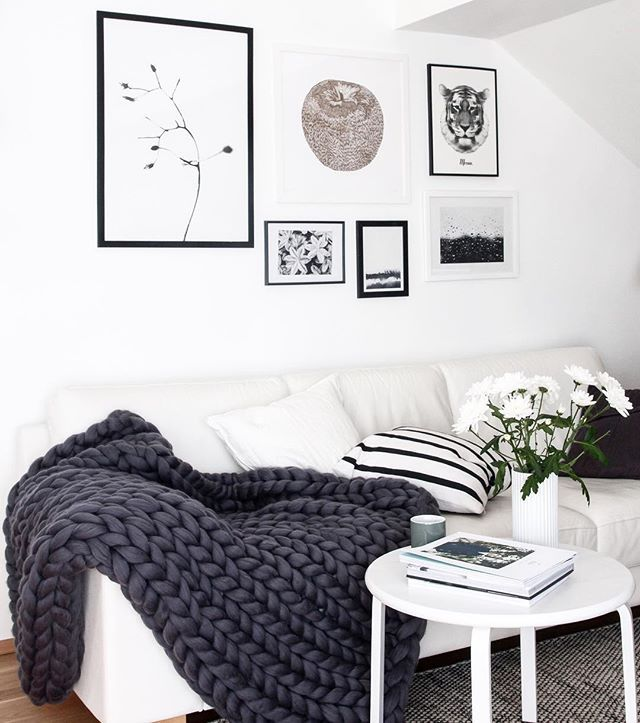 Chunky blanket adds soft texture to minimalistic interiors making them cozy and stylish in the same time. Photo from interior stylist @decordotsblog