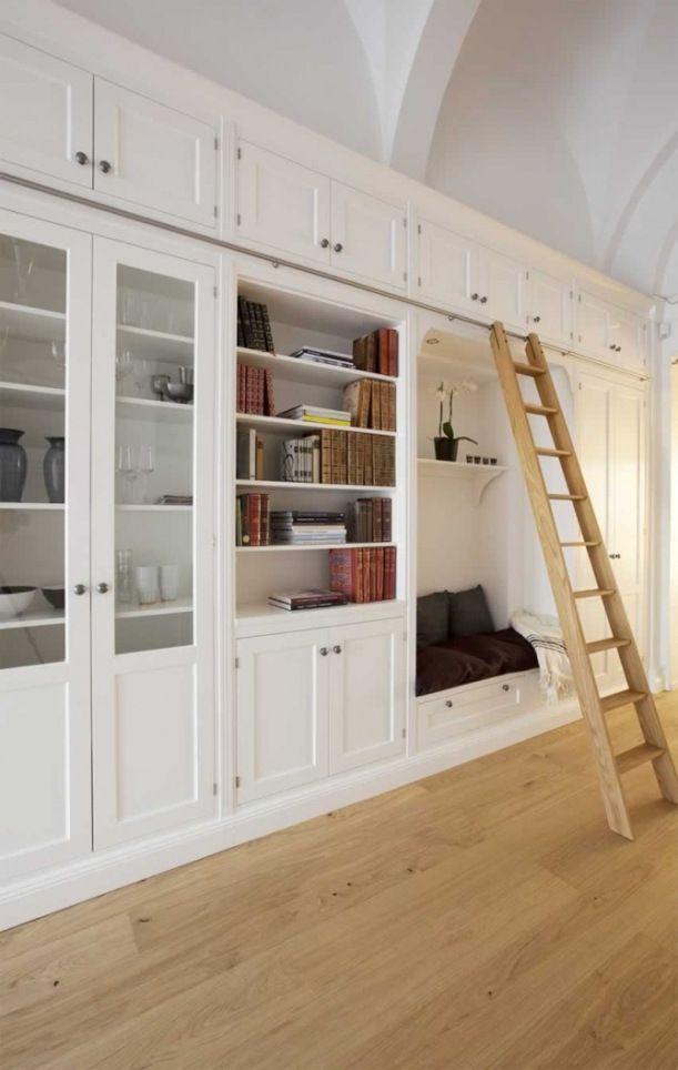 Inbyggda bokhyllor i vardagsrum