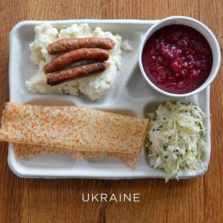 Ukraina: kentang tumbuk dengan sosis, sup borscht, potongan kubis, dan syrniki (pancake).