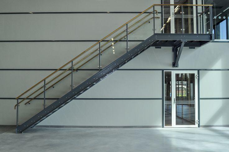 Rak trappa med glasräcke