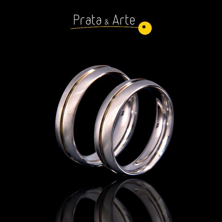 Aliança em aço com ouro fosca.    http://www.prataearte.com.br/products.php?product=ALIAN%C3%87A-A%C3%87O-COM-OURO-FOSCA-FINA-%28unidade%29-LAN%C3%87AMENTO