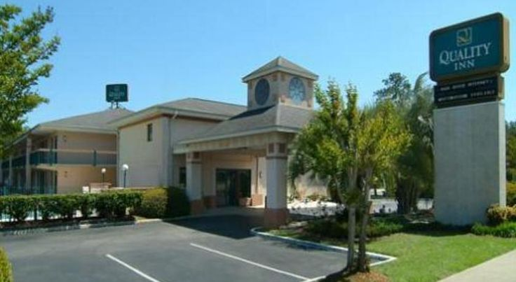 Quality Inn Goose Creek Goose Creek Located 10 miles from the Charleston International Airport, this South Carolina hotel offers an outdoor pool. Guest rooms at Quality Inn Goose Creek provide free Wi-Fi and cable TV.