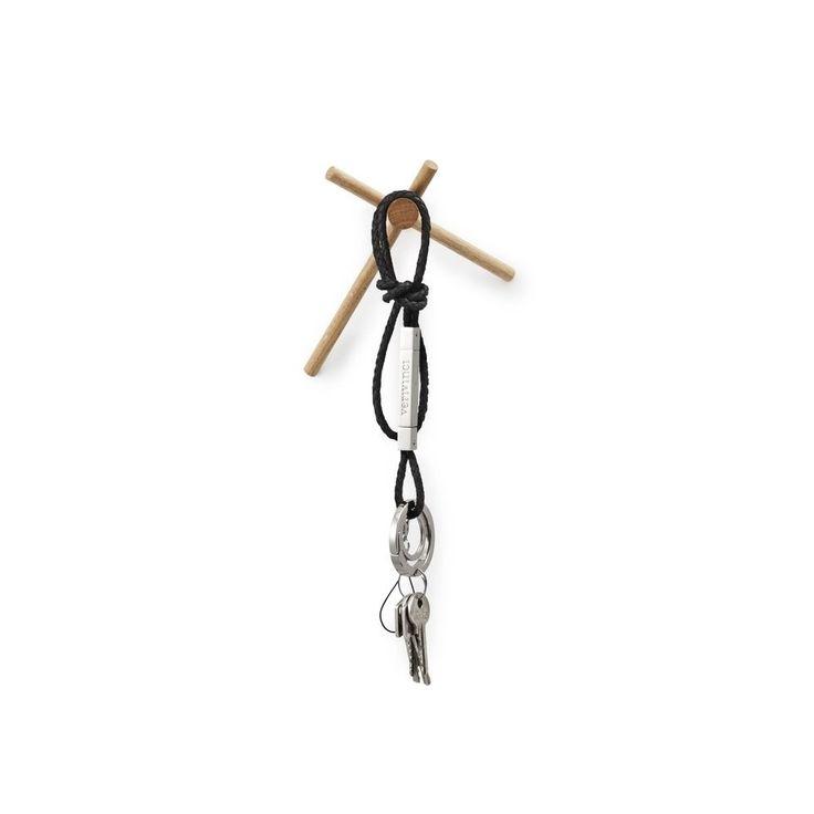 Attaccapanni dall' ispirazione architettonica. Normann Copenhagen presenta Sticks, legno, semplice e robusto, creato dal disegnatore belga Benoît Deneufbourg.