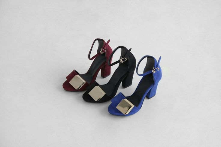 This shoe pairs faux suede and patent for an eye-catching, classic look. The real question is which color works best for you? Take the gold panel stilettos from Kakuu Basic online Kfashion, for example. When light hits this shoe in any color you choose — blue, black, or red — it gleams, making you the center of attention. kakuubasic.com