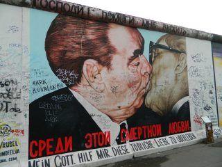 Cosa vedere a Berlino - East Side Gallery bacio fra Erich Honecker e Leonid Brežnev