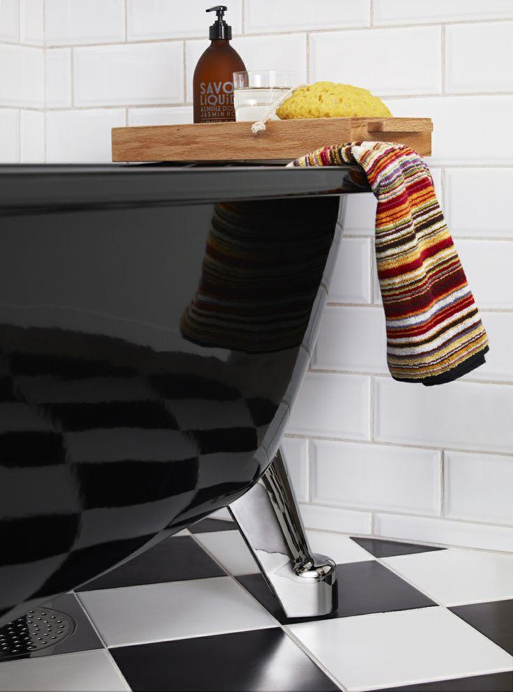 Badkar med tassar i färgen Sinful Black. Kromade fötter ger badkaret en trendigt look. | GUSTAVSBERG