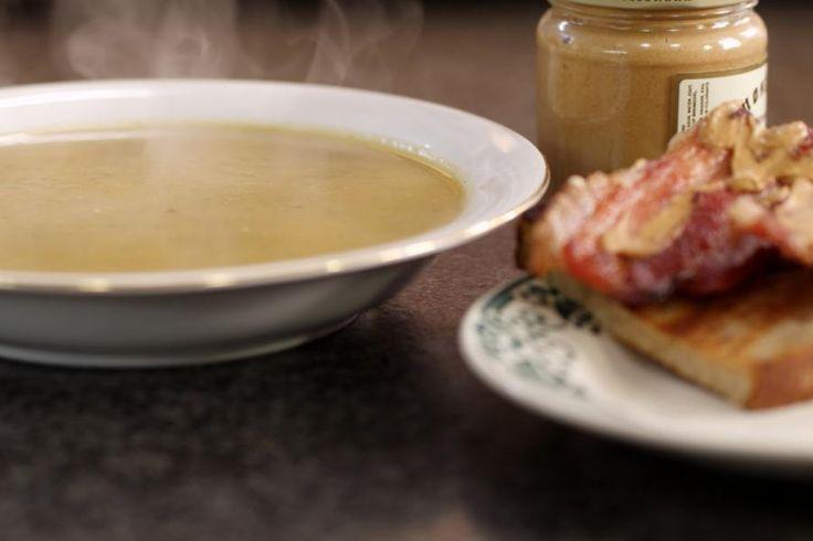 Een dikke winterse maaltijdsoep doet altijd deugd. Na een wandeling die je een koude neus heeft opgeleverd, na een drukke werkdag… Alle redenen zijn goed om een pauze te nemen en te genieten van zo'n dampende kom en toast met gebakken gerookt spek erbij. Rapen hebben een aardse smaak en tegelijk zit er een beetje pit in. Het is een ondergewaardeerde groente die perfect geschikt is voor deze soep. En naar goede gewoonte voorziet Jeroen voldoende ingrediënten om meteen een flinke ...