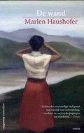 Eén van de belangrijkste naoorlogse Oostenrijkse romans vertelt het verhaal van een vrouw die door een wand in een berglandschap afgescheiden wordt van de wereld.