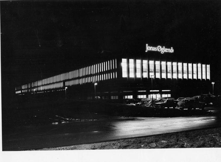 Sykkelfabrikken på Kvål om natta. Eksteriør sett fra nord-vest.