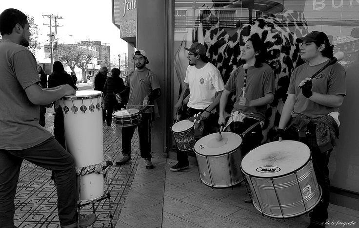 """""""Batucada en las calles""""  Artistas en las calles de la Ciudad de Talca. Calle 1 Norte con 8 Oriente. Chile. (Toma 2 - Edición en B & N)."""
