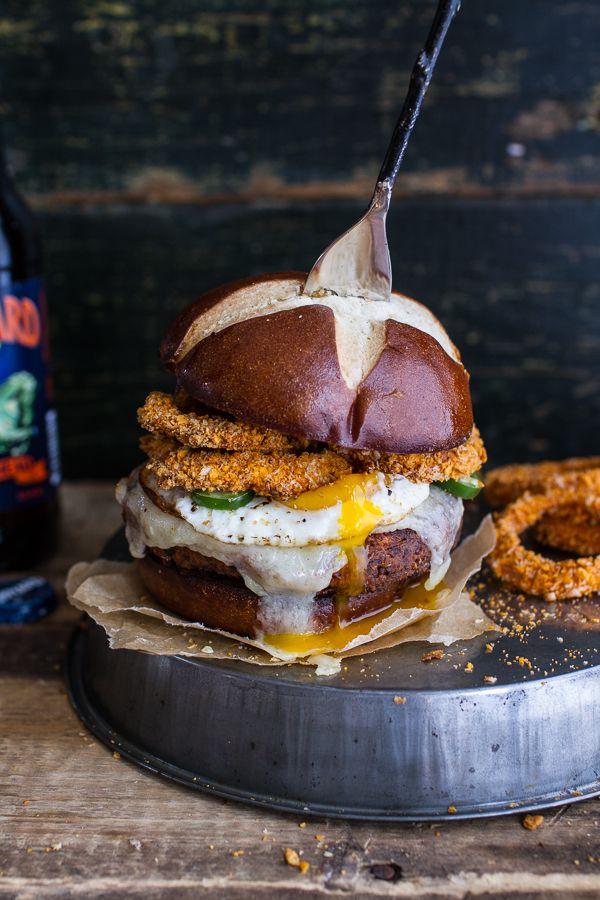 Camote Black Bean Chili hamburguesas w / al horno Cheddar cerveza anillos de cebolla + huevo frito |  halfbakedharvest.comhbharvest