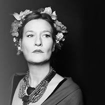 Suzanne von Borsody literarisch-musikalisches Porträt Frida Kahlos: Die große Schauspielerin Suzanne von Borsody fügt im Zusammenklang mit der Musik des TRIO AZUL dem Mythos Kahlo mit ihrer unverwechselbaren sanften und rauen Stimme eine neue, unverfälschte Dimension hinzu. Drei Stimmen, drei Instrumente und der melancholisch-lebensfrohe Klang der mexikanischen Musik. Die Musiker des Trio gehören zur Stammbesetzung der populären lateinamerikanische Band GRUPO SAL. In Briefen, Gedichten und…