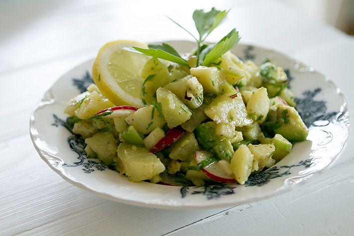Potetsalat med eple, reddik og nøtter
