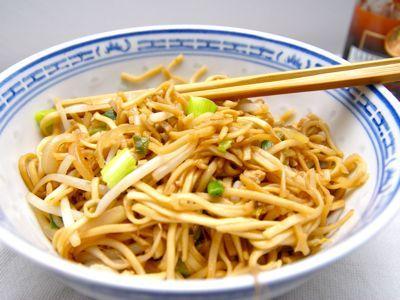 Deze Chinese noedels heb in Londen gegeten bij Bugis in South Kensington. De noedels smaakte geweldig en na enig aandringen kreeg ik het recept van de kok. Thuis meteen geprobeerd en jawel de Chinese noedels smaakte wederom heel goed. Ook deze kok zei, varieren is prima maar hou de recepten simpel met goede ingrediënten.____