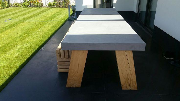 Buitentafel van betoncire en Douglas hout