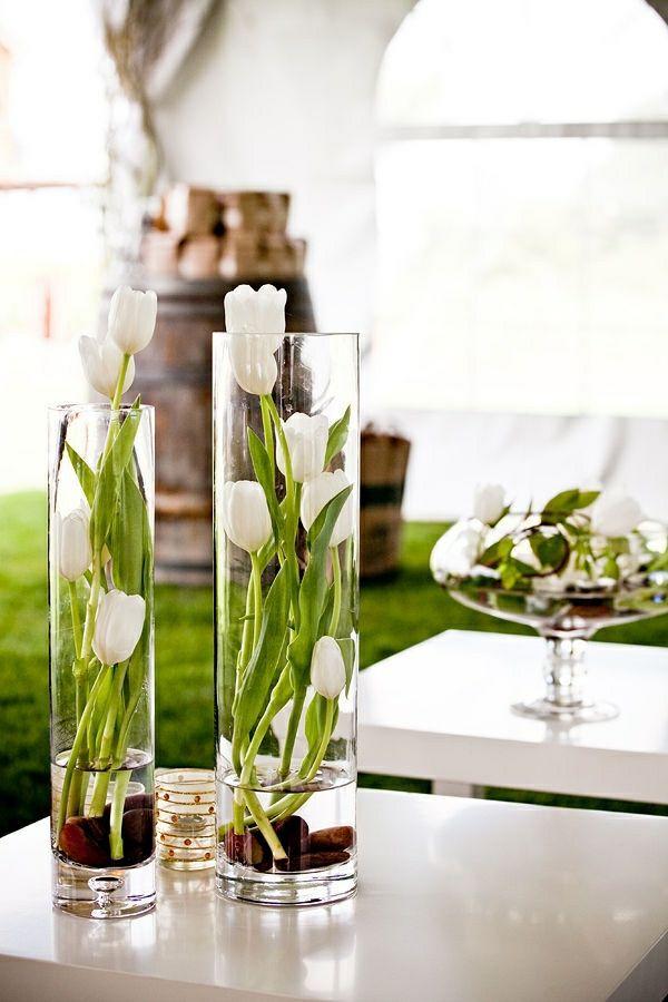 fantastische Idee für Dekoration mit Blumen - Tulpen in Gläsern