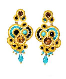 Orecchini pendenti realizzati a mano, tecnica Soutache, nei toni del turchese, giallo, nero e oro.