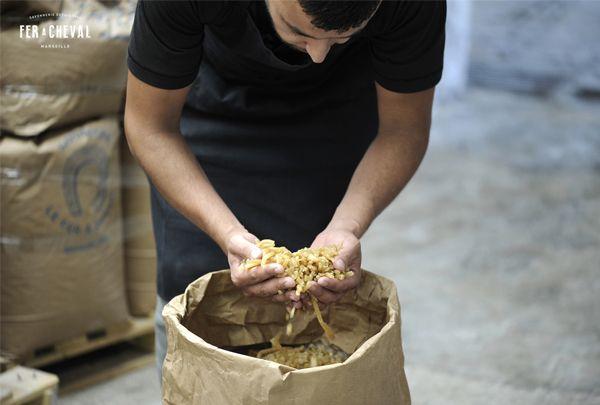 """Fabrication des bondillons ou nouilles de savon de Marseille, la matière """"brute"""". Crédit photo : Christine Amat"""
