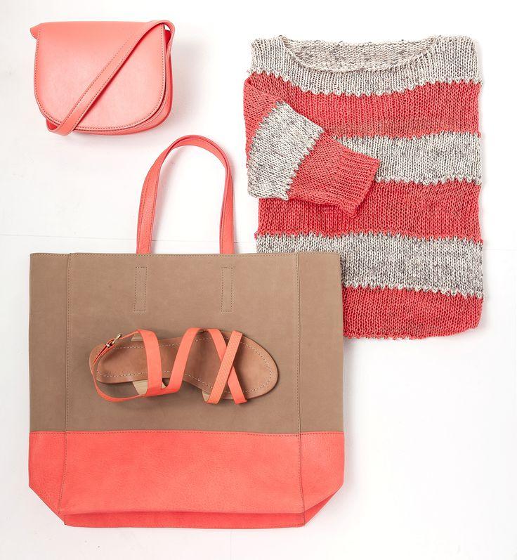 Besace marron et corail - Pull maille fantaisie gris et rouge - Sac à main forme shopping corail - Nu-pieds marron et corail - Carrefour Tex
