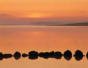 """Delling ( ≈ Den lysende as) er gud for solopgangen i den nordiske mytologi og er jættekvinden Nats tredje mand.  De har sammen sønnen Dag.  Delling (""""den ljuse"""") är morgonrodnadens gud i nordisk mytologi. Han tillhör asarnas ätt och är Natts tredje make och Dags far.   Namnets betydelse är osäkert men det kan betyda """"den skinande eller den berömde"""".  Delling är väktaren av Balders boning i Mimers lund, vakande vid citadellet av Ásmegir Bredablicks portar.   Ásmegir (gudarnas makt) var Asens…"""