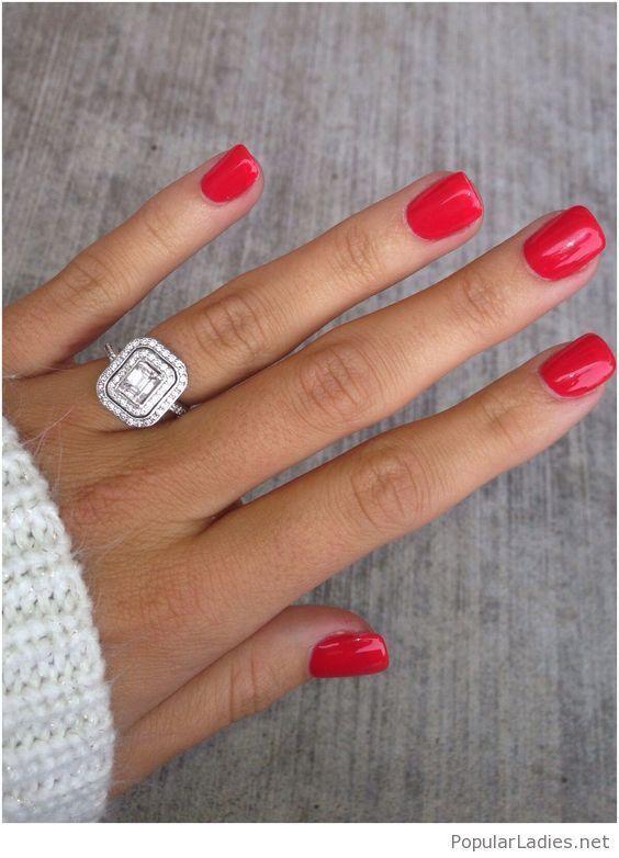 kurze rote Gel-Nägel mit einem erstaunlichen Ring