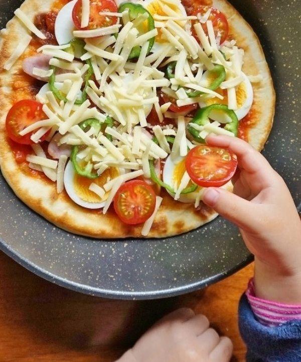 GWはお出かけするのも良いけれど、子どもと一緒に料理するのもきっと楽しい思い出になるはず。子どもに人気のピザを親子で手作りしてみませんか? イースト不要でフライパンで手軽に作れるピザをご紹介します。トッピングもアレンジ自在で、大人も子どもも楽しめますよ。