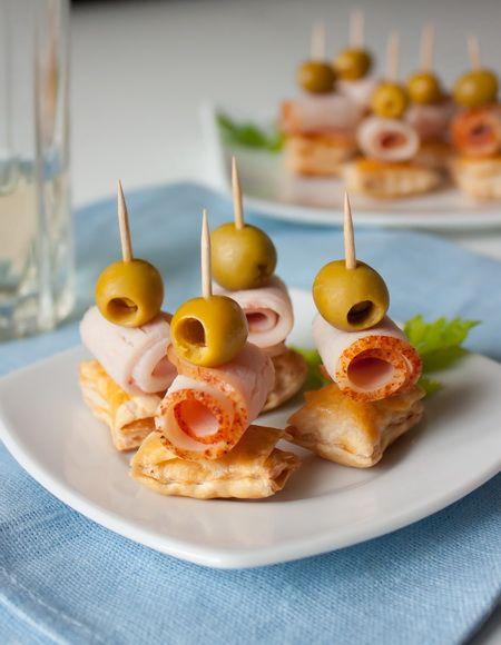 Тут вроде как день святого Валентина на носу. Если вы планируете романтический ужин – вот вам рецепт легкой закуски. В принципе, она подойдет и для любого другого повода – Новый год, день рождения или или любая вечеринка в фуршетном формате. Если вы любите сырокопченое или сыровяленое мясо – оно тут…