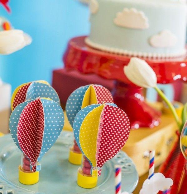 Chá de Bebê | Nas Nuvens | Vestida de Mãe | Blog sobre Gravidez, Maternidade e Bebês por Fernanda Floret. Tubinhos de ensaio com balinhas na cor da festa decoradas com balões super coloridos. Eles deixam a mesa do bolo mais temática.