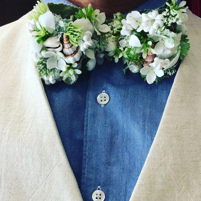 【貝殻蝶ネクタイ】 人気のフラワー蝶ネクタイの貝殻バージョンです!リネンのベスト、デニムのシャツに合わせております!挙式場はもちろん海のそばです!挙式場の雰囲気に合わせて、たくさんの種類の蝶ネクタイをご用意しておりますので是非御来店下さいませ!! #結婚式 #挙式 #蝶ネクタイ #フラワー蝶ネクタイ #貝殻蝶ネクタイ #オーダータキシード #レンタルタキシード #蝶ネクタイコーディネート #海挙式 #葉山 #リネンベスト #デニムシャツ #bridal #wedding #order #bowtie