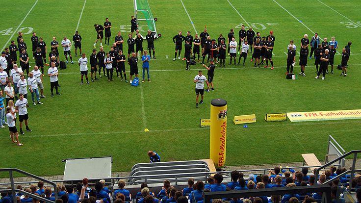 5 Tage, 50 Trainer und 500 fußballverrückte Kids aus Hessen: Das wird die größte  Fußballschule der Welt! Melden Sie Ihre kleinen Kicker jetzt bei FFH an und schenken Sie ihnen fünf Tage Fußballtraining der Extraklasse in der zweiten Woche der hessischen Sommerferien.