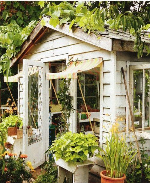 Fijn tuinhuisje. Daar zou ik wel willen zitten 's ochtends met een kopje koffie.