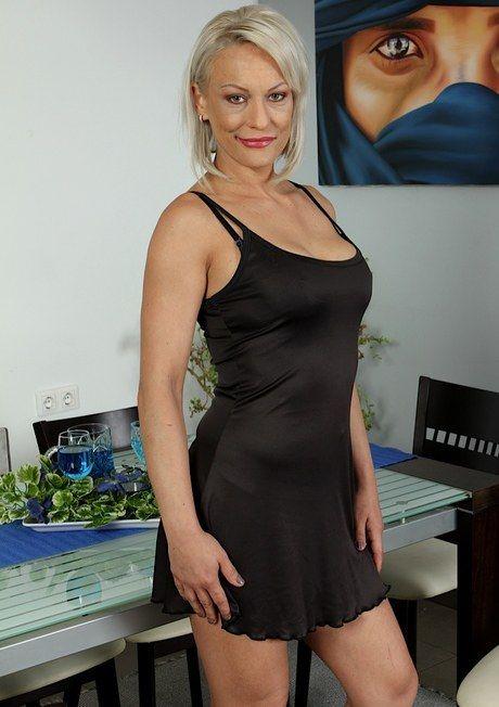 Blonde Moms Porn Pics @ Naked Mature Moms