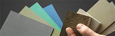 """Zellulose in guter Form   """"Zelfo"""" wird in einem speziellen Verfahren aus Zellulose verschiedenster Herkunft hergestellt - aus Rohstoffen wie Schilf, Hanf, Stroh oder Miscanthus ebenso wie aus recyceltem Papier, Textilien oder Restzellulose aus der Papierproduktion.  Das Ergebnis ist ein Material, das entweder in Plattenform, """"semi-dry"""" oder """"dry"""" (als Granulat) erhältlich ist und zu Produkten verschiedener Texturen, Dichte und Farben verarbeitet werden kann."""