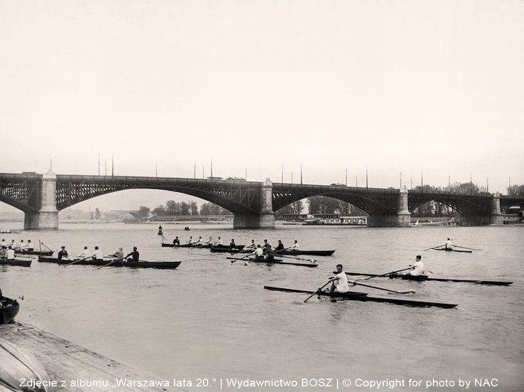 Wioślarze na Wiśle obok Mostu Poniatowskiego