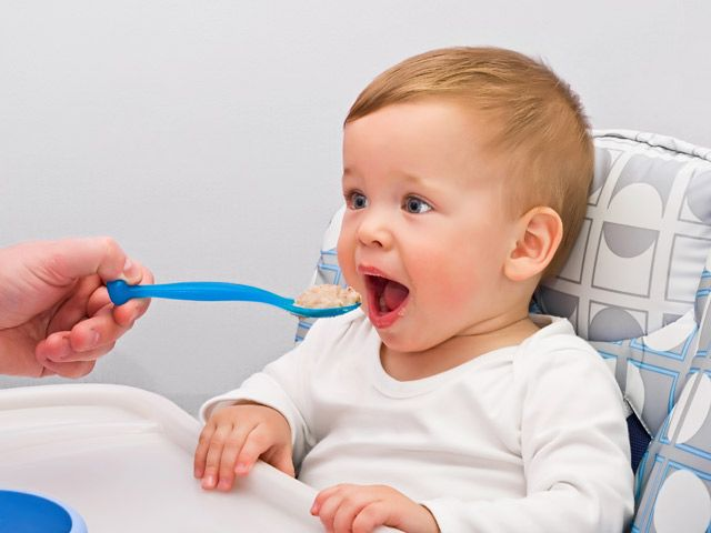 Cosa deve mangiare un bambino di un anno?  In ogni fase della crescita, il rapporto tra bambini e cibo assume un ruolo fondamentale per un corretto sviluppo futuro.   http://www.fileni.it/Alimentaziona_bambino_un_anno