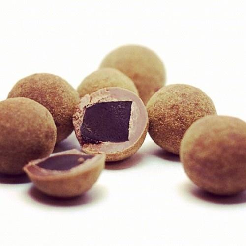 Chocolat au lait et réglisse Lakrids http://rue-paradis.fr/bonbon-a-la-reglisse-et-au-chocolat/lakrids-a-800-e-159